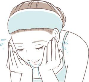 石鹸を使って洗顔する女性